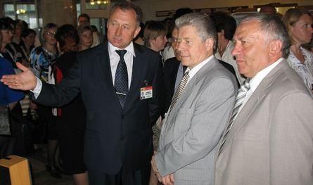 Міністр адукацыі С.А. Маскевіч падчас знаёмства з выставай.