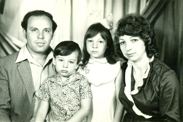 Алена Клімава (трэцяя справа) разам з бацькамі і братам у дзяцінстве(Сайт)