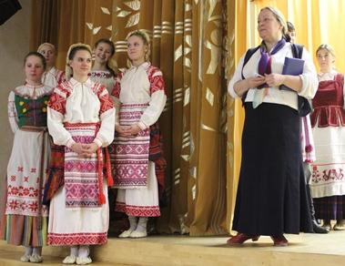 Ала Міхайлаўна разам з выхаванцамі ансамбля.